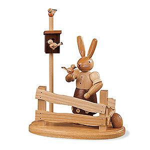 Kleine Figuren & Miniaturen Tiere Hasen Hasenfrau am Gartenzaun - 13 cm