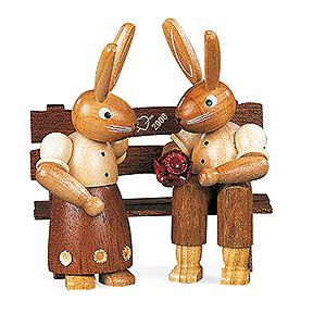 Kleine Figuren & Miniaturen Tiere Hasen Hasenpaar auf Bank - 9 cm