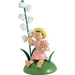 Blumenkind mit Maiglöckchen und Waldhorn sitzend - 12 cm
