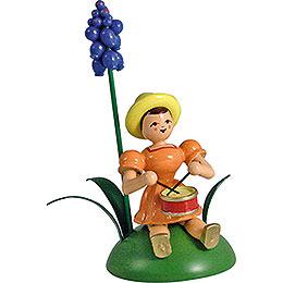 Blumenkind mit Traubenhyazinthe und Trommel sitzend - 12 cm