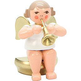 Engel weiß/gold sitzend mit Fanfare - 5,5 cm