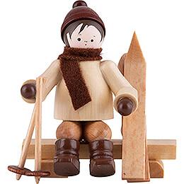 Thiel-Figur Skifahrer auf Bank - natur - 5,5 cm