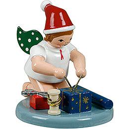 Weihnachtsengel kniend mit Mütze und Geschenken - 6,5 cm