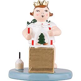 Weihnachtsengel sitzend mit Krone und Pyramide  - 6,5 cm