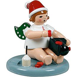 Weihnachtsengel sitzend mit Mütze und Lok - 6,5 cm