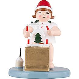 Weihnachtsengel sitzend mit Mütze und Pyramide  - 6,5 cm
