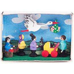 Zündholzschachtel mit Storch, Baby und Kindern - 4 cm